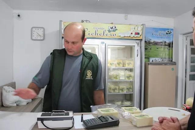 Daniel Cichelero apresentando os seus queijos