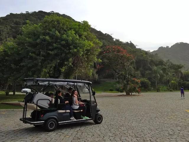 Os carrinhos que levam as malas e os hóspedes pelo hotel