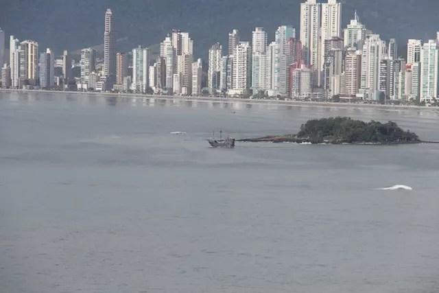 Ao fundo, o Barco Pirata partindo para passeio