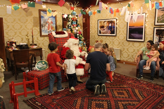 A chegada do Papai Noel no Hotel Casa da Montanha é uma atração aberta ao público