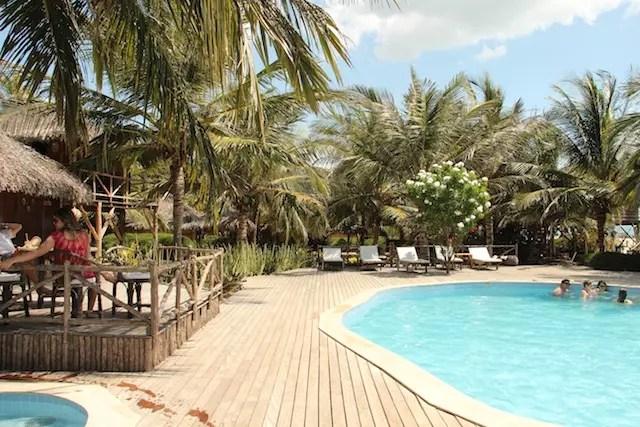 a área da piscina com os bangalôs nos arredores