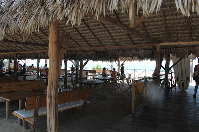 O restaurante dentro da areia