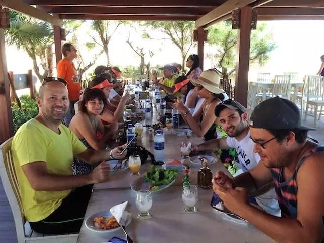 Olha aí: a turma atacando no camarão delicioso do Azul do Mar no Preá, praia vizinha de Jeri