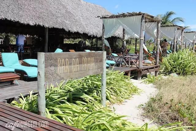 O bar em frente à praia, praticamente na areia