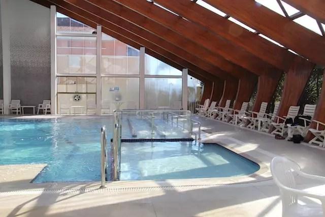 a piscina com jatos de massagem