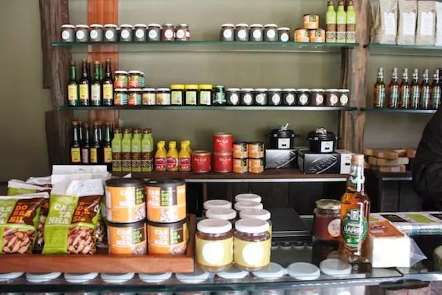 iguarias regionais na loja da entrada do restaurante