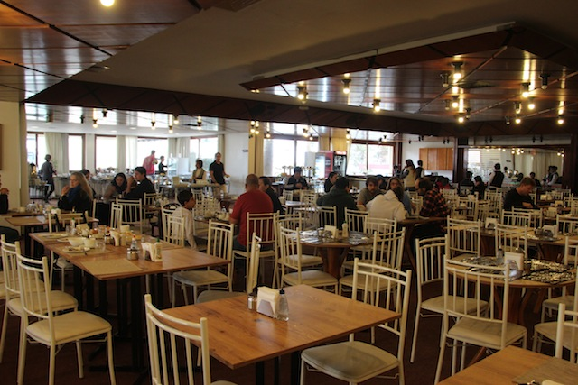 o imenso salão do café da manhã