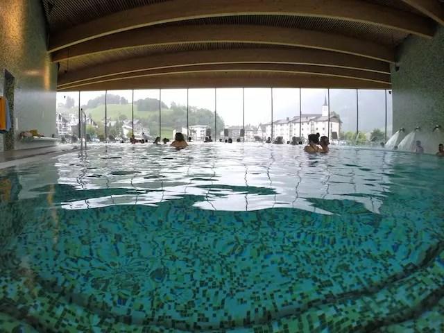 O spa de piscinas na área interna e com vista para os alpes