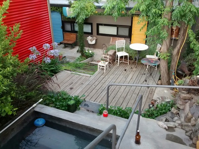 a pequena piscina do jardim
