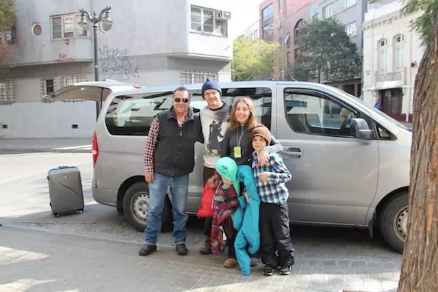 Família pronta para embarque com o motorista da Exploring Chile