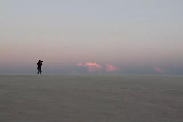 Lá no fundo, um fotógrafo perdido na imagem infinita