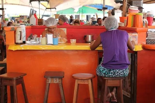 Sentando no balcão no setor de comidas da feira