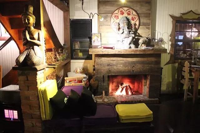 Mesa ao lado da lareira no Galangal