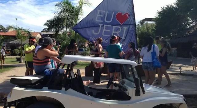 O grupo se organizando na praça central de Jeri para o passeio