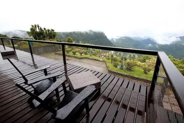 varanda ao lado da sala da lareira do hotel com vista para o Vale do Quilombo - Foto Cleiton Thiele