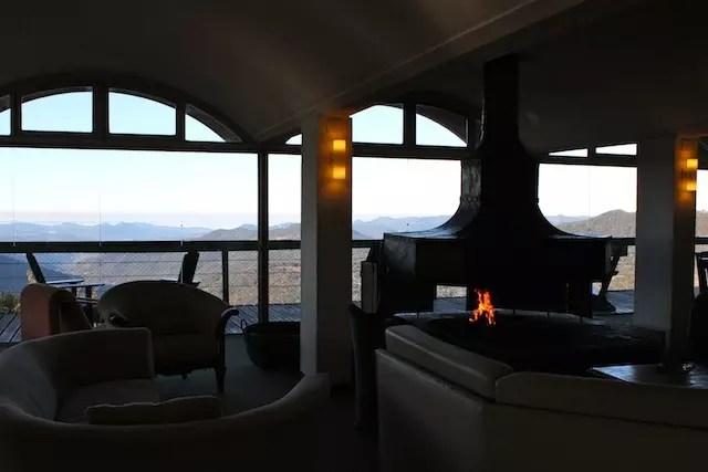 A sala da lareira com vista para o vale