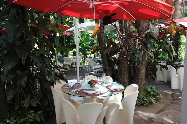 Todas as mesas são lindas no jardim