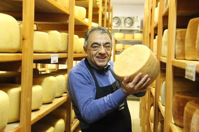 """O Toni, o especialista em queijo que deu uma aula pra gente dentro da sala climatizada, a """"adega"""" dos queijos"""