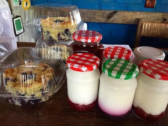 Minhas comprinhas na hora de ir embora: cuca de mirtilo, iogurte de morango e mirtilo, geleia de morango