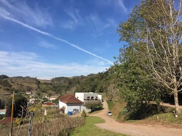 estrada de terra para chegar até a vinícola