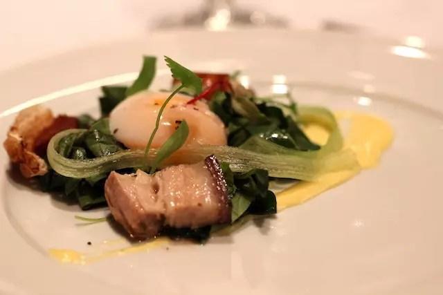 ovo piche com taioba e torresminho de pancetta do Chef Bruno Naar