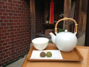 日本茶とコメコロン