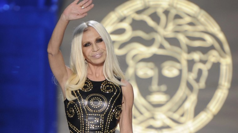 """""""Lo faccio ogni 15 giorni, altrimenti impazzisco"""". Donatella Versace, quasi 66 anni, non può proprio farne a meno. È più forte di lei"""