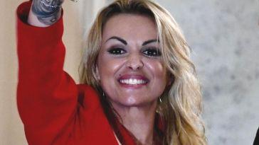 """""""Sei irriconoscibile"""". Francesca Pascale, cambio look drastico: capelli cortissimi e tatuaggi per l'ex di Silvio Berlusconi"""