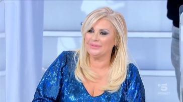 """""""Addio a Uomini e Donne"""". Tina Cipollari, la notizia è una vera bomba. Perché lascia Maria De Filippi"""
