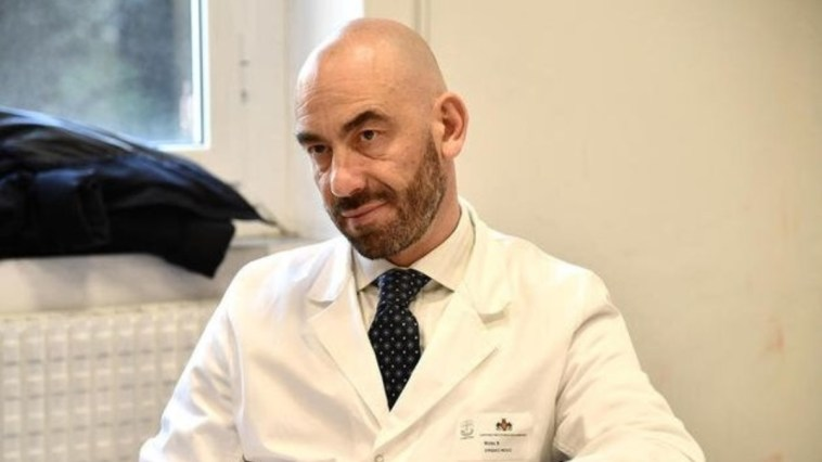 """""""Lui là sotto…"""". Matteo Bassetti, ora anche l'intimità dei virologi fa notizia. Che tempi…"""