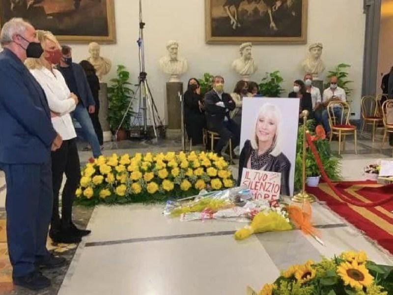 Raffaella Carrà bandiera arcobaleno Vladimir Luxuria