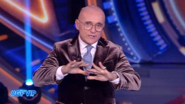 """""""Assurdo, come è possibile?"""". Grande Fratello Vip, Alfonso Signorini lo confessa in diretta e scoppia il caos"""