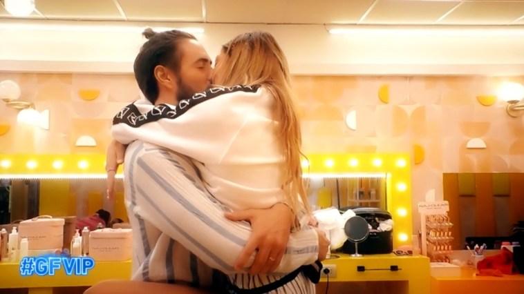 Alex Belli e Soleil Sorge in imbarazzo dopo il bacio al Grande Fratello Vip 6: Alfonso Signorini e pubblico scatenati