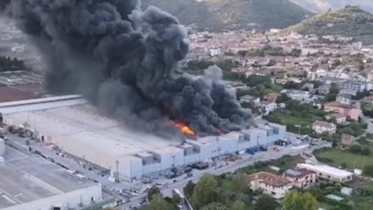 Incendio in azienda, nube tossica soffoca i paesi: scuole chiuse, mercato annullato e divieto di mangiare frutta e verdura