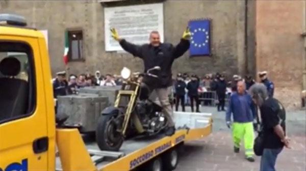 Beppe Maniglia e la sua moto sul carro attrezzi