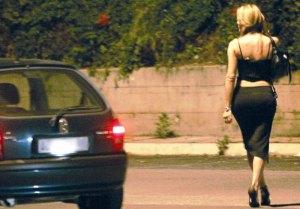 """""""Sono casa in malattia"""": ma in realtà va a prostitute"""