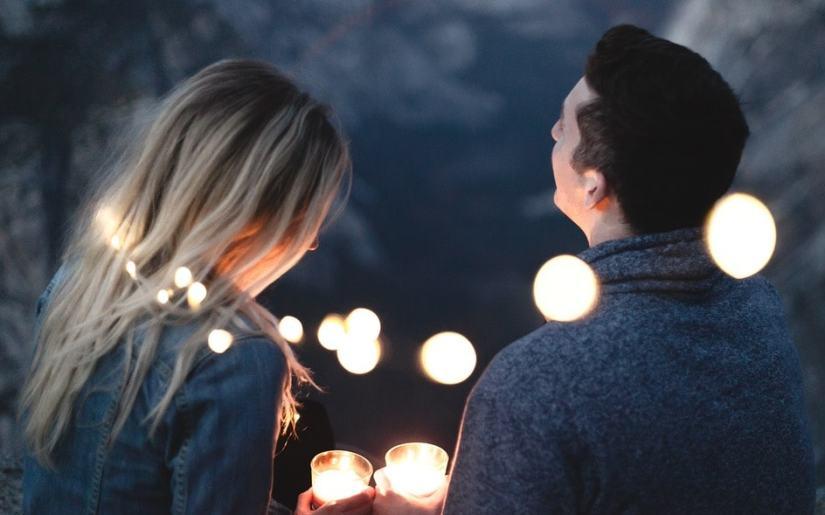 cuplu care serbează aniversarea casătoriei
