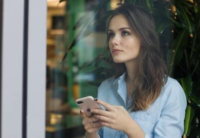 femeie cu smartphone