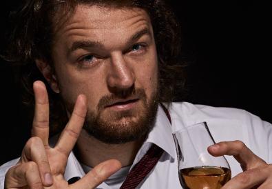 bărbat care bea whisky