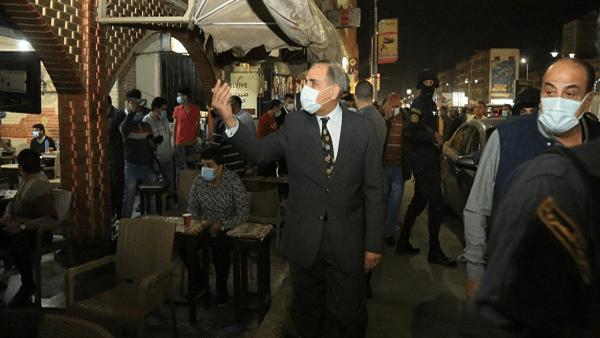 محافظ كفر الشيخ يغلق 11 مقهى ومحلاً خلال جولة ليلية