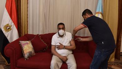 محافظ مطروح يتلقى تطعيم لقاح كورونا