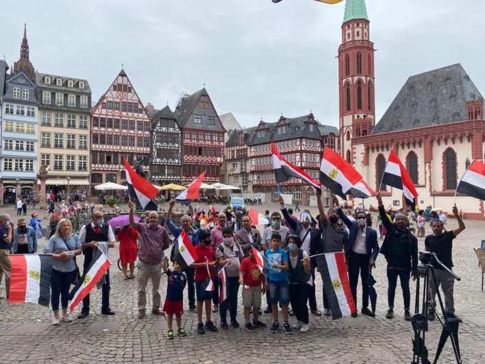 وقفة للجالية المصرية في فرانكفورت تأييدا للرئيس السيسي و30 يونيو