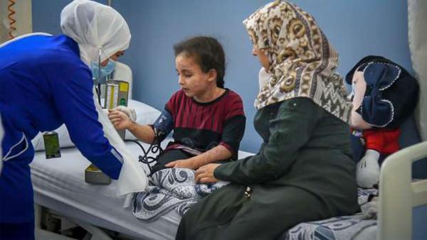 بدء علاج الطفلة الفلسطينية بيان محمود.. تنفيذًا لتوجيهات الرئيس السيسي
