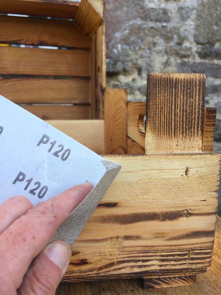 Le matériel pour la transformation d'une cagette en tableau noir pour écrire à la craie