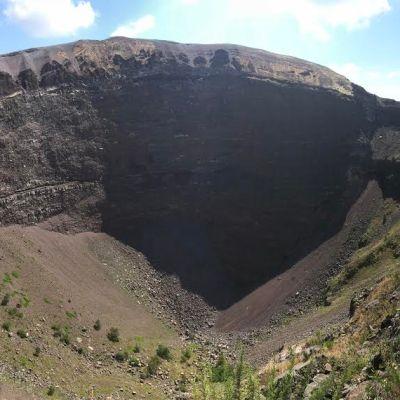 Travel Guide: Pomepii And Mount Vesuvius