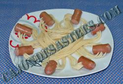 collares de espaguetis con salchichas