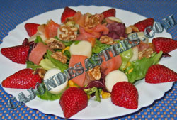 ensalada con salmon ahumado, palmitos, fresas y nueces