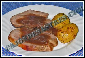 pierna de cerdo al horno con salsa y patatas en mantequilla