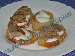Tostas de secreto con cebolla caramelizada y alioli