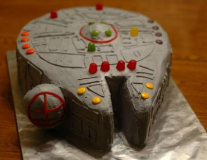 https://i2.wp.com/www.cakepicturegallery.com/d/9697-2/Star+Wars+Millennium+Falcon+birthday+cake.JPG?resize=425%2C329